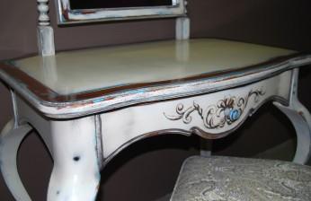 Столик с пуфом